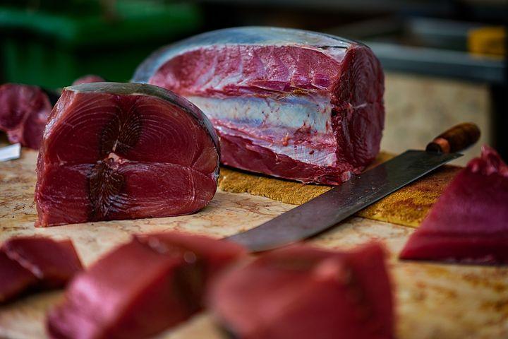 Trozos de atún rojo de almadraba encima de una tabla
