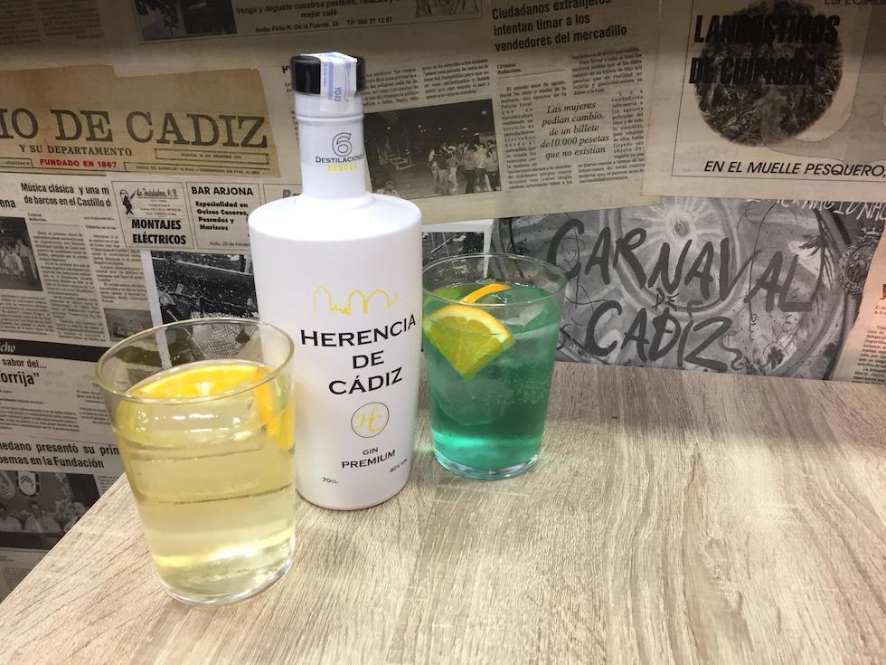 Botella de Herencia de Cádiz con dos vasos de Gin tonic